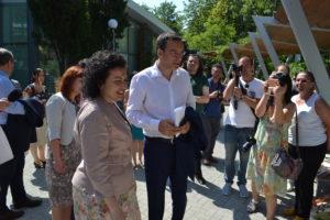 Десислава Танева при откриване на фермерски пазар в Бургас