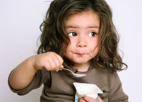 дете хапва мляко